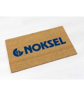 Felpudo de coco personalizado con logo de empresa en color azul. Ejemplo para cliente.