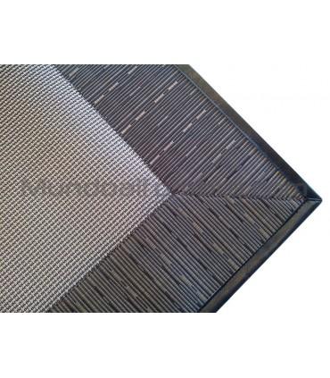Ejemplo alfombra Lara con greca vinilo y reborde Isola Moca Negro 02