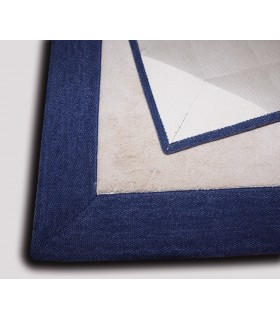 Alfombra a medida de tacto sedoso. Modelo Great Seda Beig. Cenefa de Chenilla Azul Marino.
