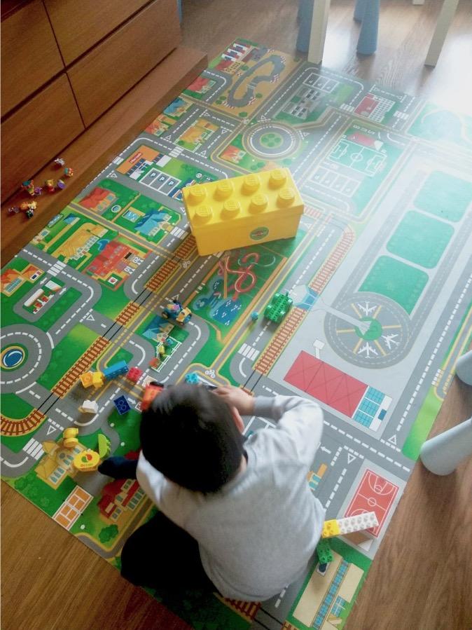 Nuestra alfombra infantil de vinilo lavable CARRETERAS. Foto de cliente.