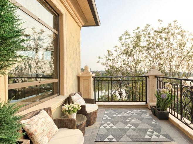 Nuestra alfombra para exteriores e interiores CLAIRE 09. Alfombra fina con estampado geométrico disponible en tres colores.