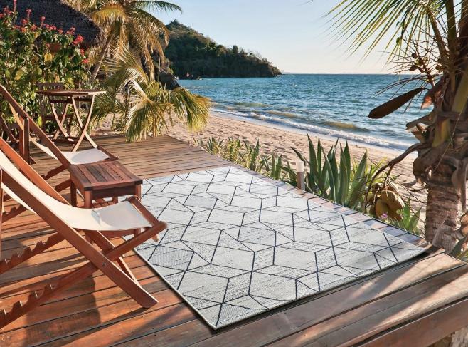 Nuestra alfombra para exteriores e interiores MYKO 77. Alfombra fina con estampado geométrico.